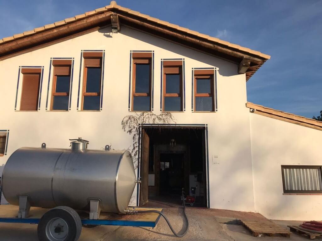 Trasiego del vino Pago de Tharsys Bobal 2017 desde depósito de acero inoxidable a barricas de roble