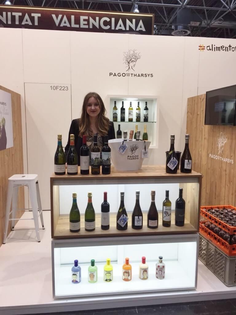Miriam Nuñez presentando vinos y cavas ecologicos Pago de Tharsys en Prowein